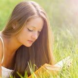 Чтение девушки в природе Стоковые Фото