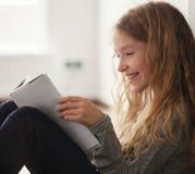 чтение девушки книги Стоковые Фото