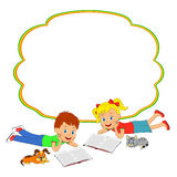 чтение девушки мальчика книги Стоковое Изображение RF