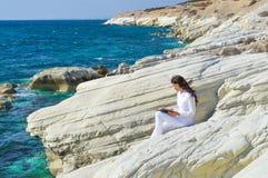 Чтение девушки морем Стоковые Изображения RF