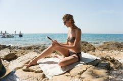 Чтение девушки морем Стоковая Фотография