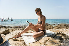 Чтение девушки морем Стоковые Фото