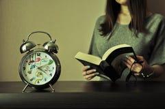 Чтение девушки студента Стоковое фото RF