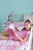 Чтение девушки школы Стоковое Изображение RF