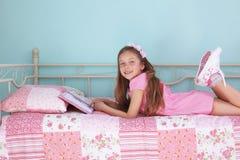 Чтение девушки школы Стоковая Фотография