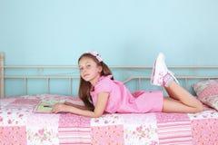 Чтение девушки школы Стоковая Фотография RF