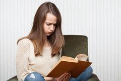Чтение девушки Стоковые Фотографии RF