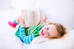 Чтение девушки Litte Стоковые Фото