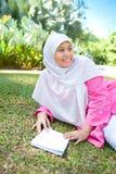 Чтение женщины азиатского Malay мусульманское стоковые фотографии rf