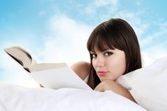 Чтение женщины в кровати Стоковые Изображения RF