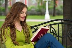 Чтение женщины в парке Стоковая Фотография