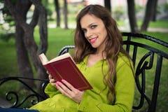 Чтение женщины в парке Стоковые Изображения