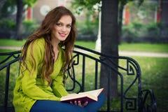 Чтение женщины в парке Стоковые Изображения RF