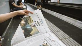 Чтение женщины в станции метро Барселоны замедленное движение Vanguardia Ла видеоматериал