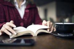 Чтение женщины на кафе Стоковые Изображения RF