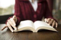 Чтение женщины на кафе Стоковое Изображение RF
