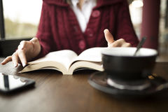 Чтение женщины на кафе Стоковая Фотография RF