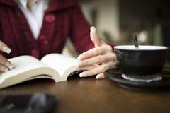 Чтение женщины на кафе Стоковое Изображение