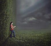 Чтение женщины на сюрреалистическом ландшафте. стоковые изображения