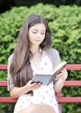 Чтение женщины стоковые фото