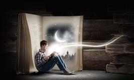 Чтение и воображение Стоковое Изображение