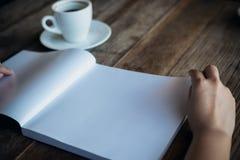 Чтение и отверстие женщины белая пустая книга Стоковая Фотография RF
