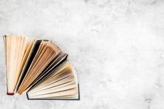 Чтение и саморазвитие Старые книги на свете - сером космосе экземпляра взгляд сверху предпосылки стоковое фото