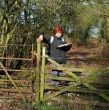чтение карты повелительницы hiker Стоковое Изображение RF
