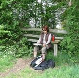 чтение карты повелительницы hiker Стоковые Изображения RF