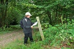 чтение карты повелительницы hiker footpath Стоковые Фотографии RF