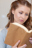 чтение книги близкое вверх по женщине Стоковая Фотография