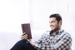 чтение книги домашнее нутряное Стоковое Изображение RF