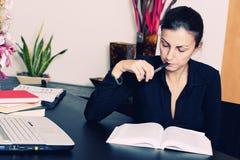 чтение книги женское Стоковая Фотография