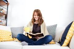 Чтение книги стоковые фото