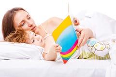 чтение книги кровати Стоковая Фотография RF