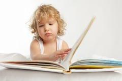 чтение книги младенца Стоковое Изображение RF