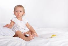 чтение книги младенца Стоковая Фотография RF