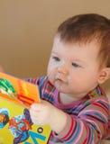 чтение книги младенца Стоковые Изображения