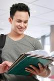 чтение книги мыжское Стоковая Фотография RF