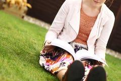чтение книги напольное Стоковая Фотография