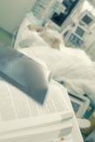 Чтение книги на терпеливом уходе за больным Стоковые Фотографии RF