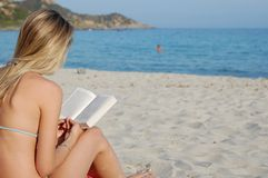 чтение книги пляжа Стоковая Фотография RF