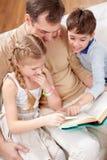 чтение книги совместно стоковое фото