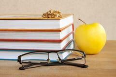 чтение Книги, стекла и Яблоко Стоковое Фото
