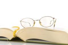 чтение книги хорошее Стоковая Фотография RF