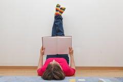чтение книги домашнее Стоковые Фото