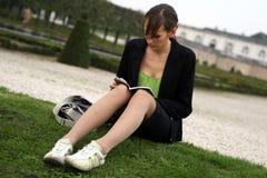 чтение книги Стоковое Фото