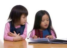 чтение книги Стоковые Изображения RF