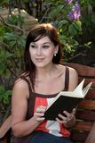 чтение красивейших девушок книги задумчивое Стоковое фото RF