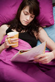 чтение кровати Стоковое Изображение